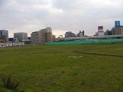 新高島駅入口付近から空き地を望む